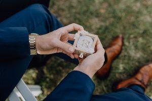 Trauzeuge mit Ringbox aus Glas und Holz