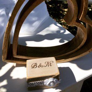 Ringkästchen aus Holz mit eingebrannten Initialen