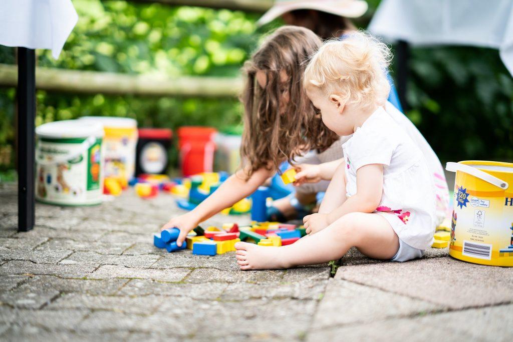 spielende Kinder bei Freier Trauung